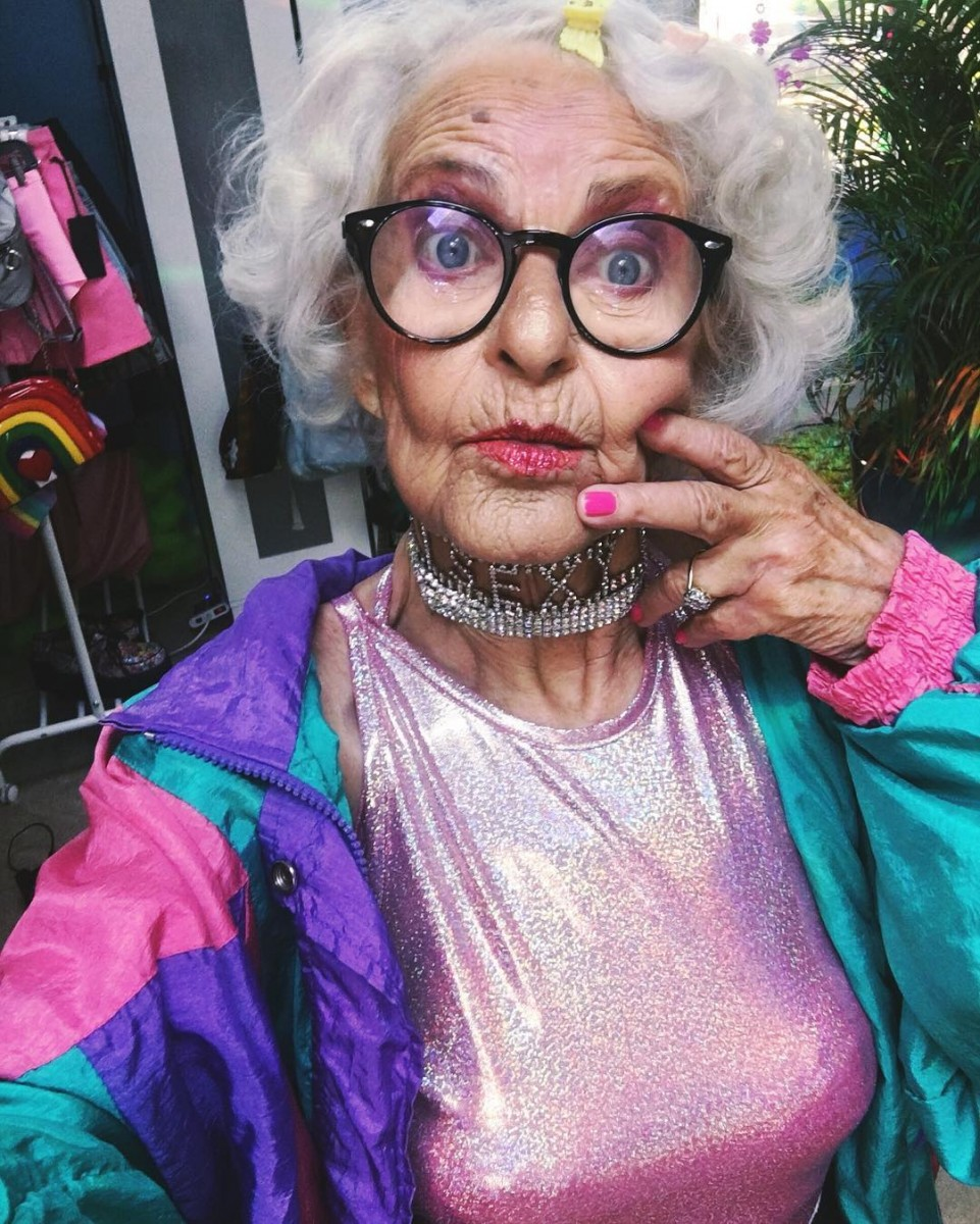 Гифки, прикольные картинки про старых женщин